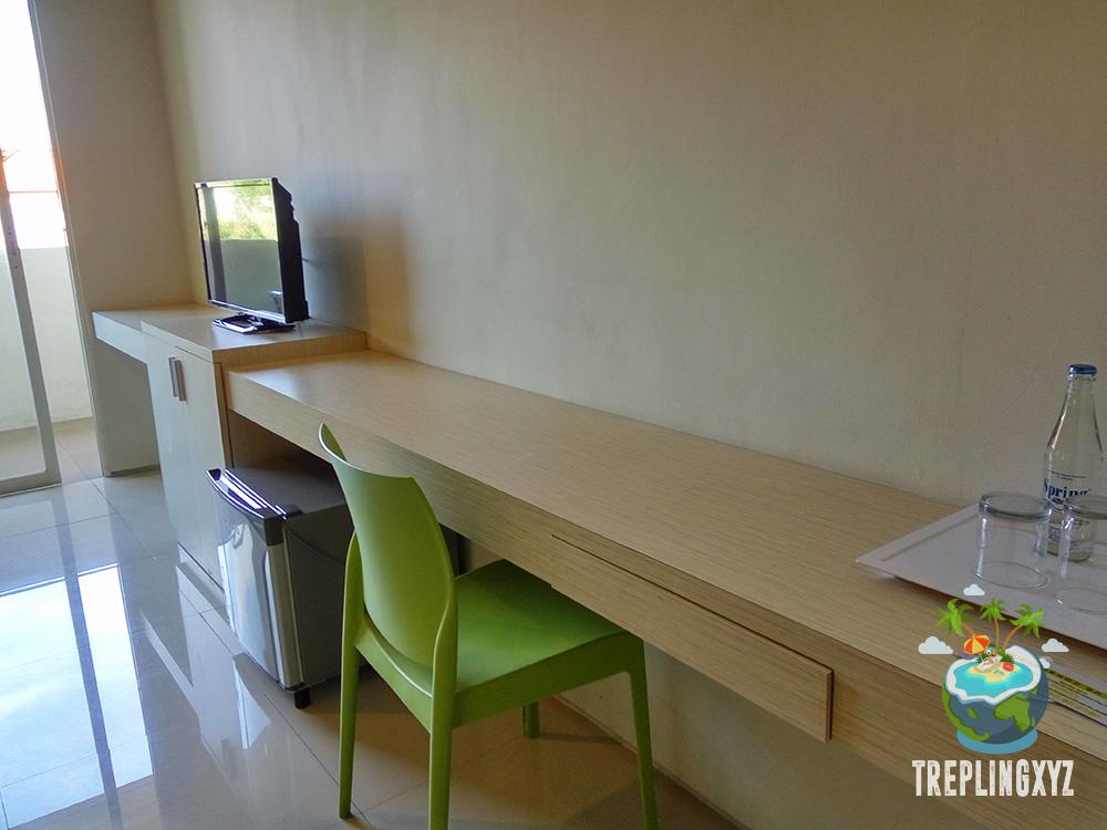 Meja kerja dan TV