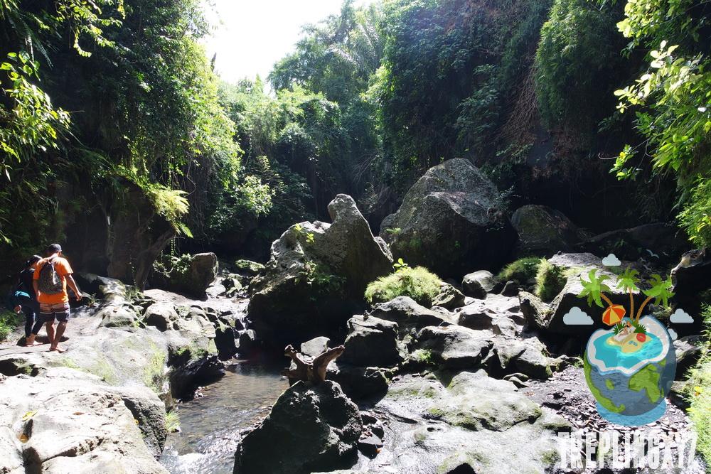 Menyusuri sungai dan bebatuan