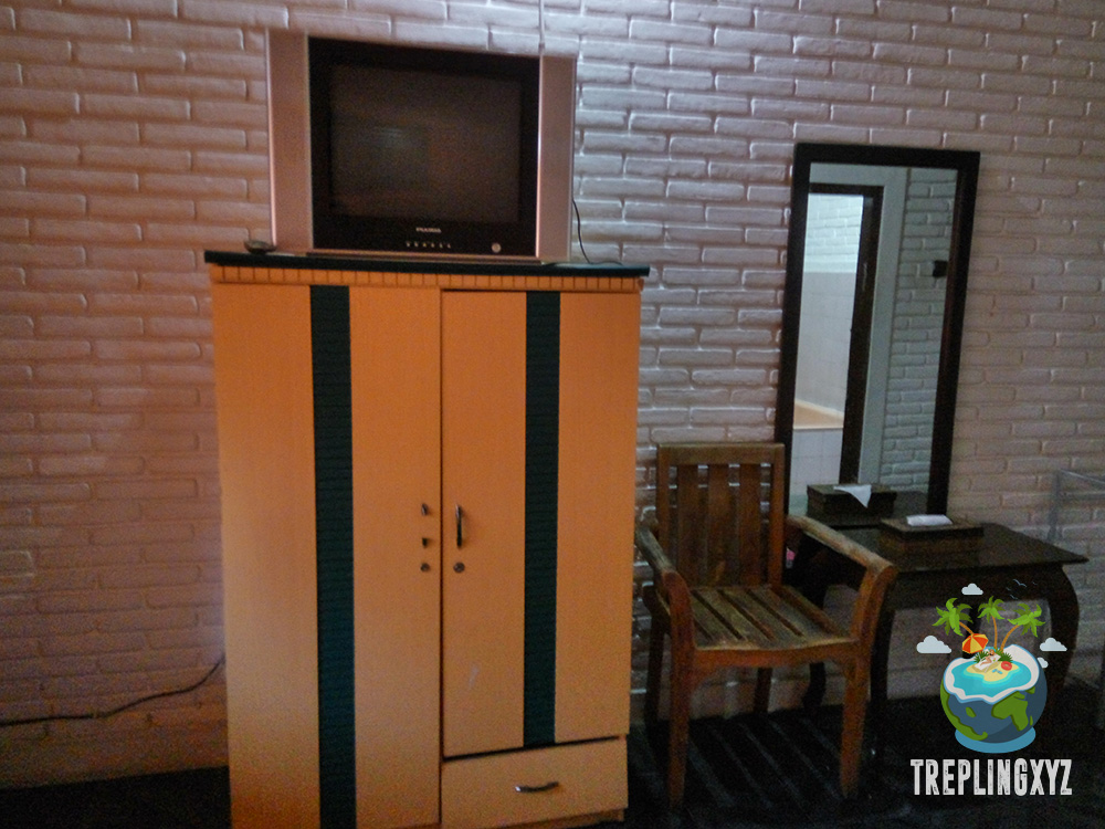 Lemari, TV, dan Meja Rias